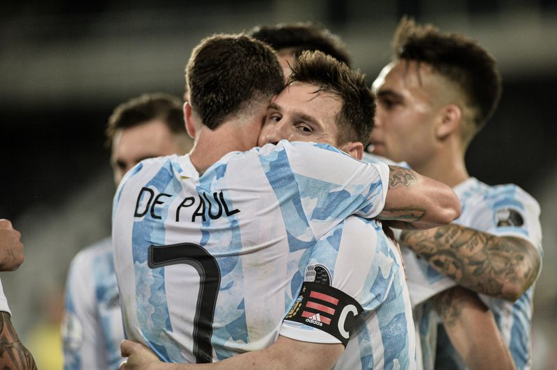 Rodrigo de Paul se abraza con Lionel Messi.