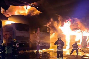 Incendio afectó a talleres de Turbus en Estación Central: al menos nueve buses destruidos