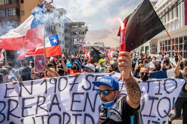Marcha convocada en Iquique en contra de la migración irregular termina con quema de carpas