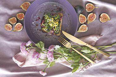 Tostadas con terrina de coliflor morada y chimichurri de perejil albahaca