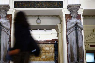 """""""Efecto Covid"""" en la justicia: tribunales civiles de Santiago advierten que tardarán tres años en ponerse al día"""