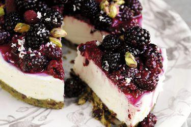 Cheesecake de pistachos, chocolate blanco y berries