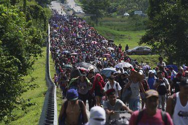 Crece caravana de migrantes en su avance por el sur de México