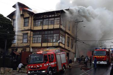 Incendio estructural afecta a hogar de ancianos en Valparaíso