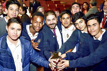 Eduardo Cortés y sus alumnos del Colegio Diego Echeverría.