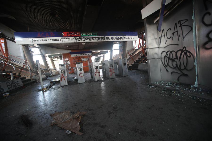 Incineración de un tren en la estación Elisa Correa del metro de Santiago
