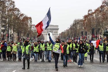 """Los """"chalecos amarillos"""" se suman a la huelga indefinida contra la reforma de las pensiones en Francia"""
