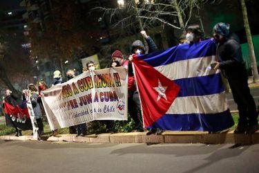 Cubanos en Chile se mantienen frente a consulado de su país en apoyo a las protestas contra el gobierno en la isla