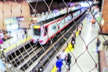 Portones, rejas y cámaras: los cambios en la red de Metro a un año del 18-O