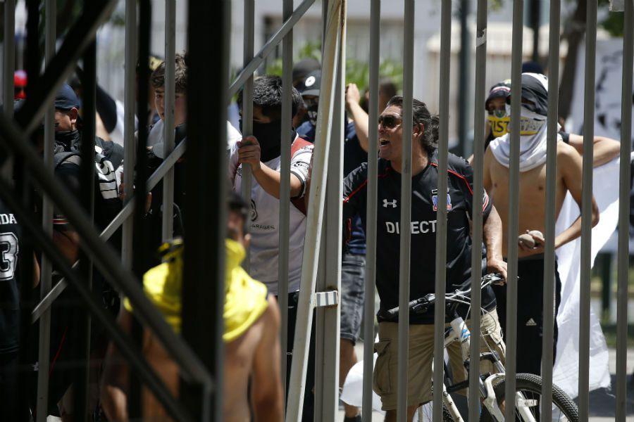 Hinchas de Colo Colo interrumpen partido en La Florida