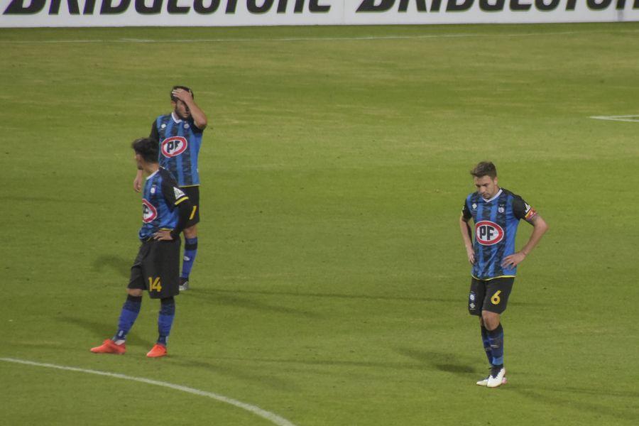 Los jugadores de Huachipato se lamentan tras el 1-1 de Rosario Central. FOTO: Agencia Uno.