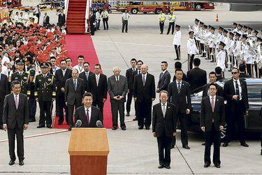 Xi Jinping habla a su arribo al aeropuerto de Hong Kong, el jueves. foto: afp