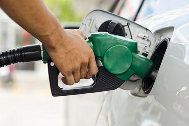 ¿Cuántos litros de combustible pueden comprarse en los países de América, con un sueldo promedio?