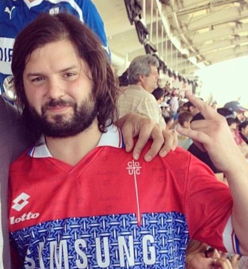 Gabriel Boric, en el estadio Monumental, con la camiseta de la UC.