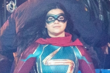 Fotos del set ofrecen el primer vistazo al traje de Ms. Marvel en la nueva serie del MCU