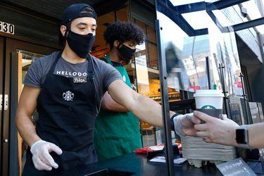 Starbucks dice que los clientes regresan a los cafés