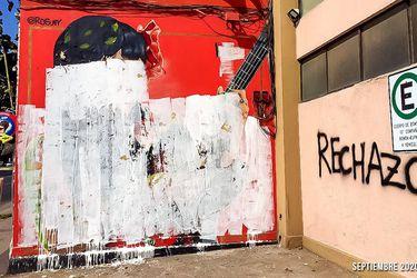 """Vandalizan mural de Mon Laferte con alusión al """"rechazo"""""""
