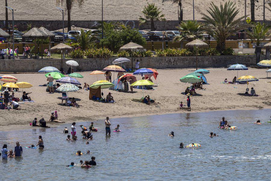 Para poder viajar a comunas en fase 2 se necesita el permiso especial de vacaciones. Foto referencial (Playa La Lisera de Arica).