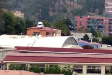 Remueven vehículo atrapado en el techo de un gimnasio escolar en Viña del Mar
