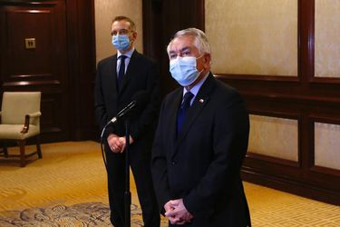 """Paris se reúne con equipo médico italiano que llega a Chile para compartir su experiencia con el coronavirus: """"Esto abre una colaboración internacional que es inédita en esta pandemia"""""""