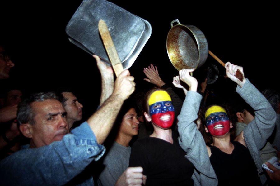 Los cacerolazos vuelven a Caracas - La Tercera