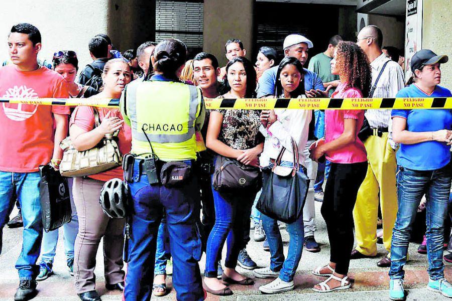 Venezuelans queue at the Chilean consulate (41412258)