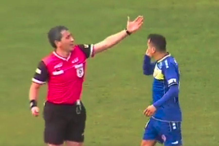 El juez Claudio Aranda y el delantero Boris Sagredo, durante el partido entre Barnechea y San Luis.