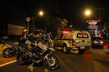 Graves agresiones, escupitajos a policías y lanzamiento de extintores y lavamanos: el acta que detalla el escándalo de Boca Juniors en Brasil