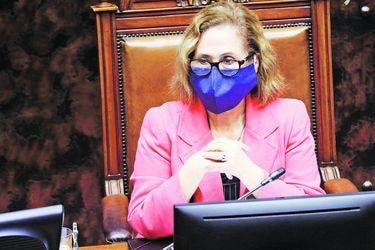 Reproches y alzas de tono: Las dificultades de la presidencia online de Adriana Muñoz en el Senado