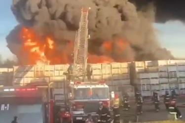 """Bomberos emite """"alarma nacional"""" por incendio que afecta a fábrica de Carozzi en la Región del Maule"""
