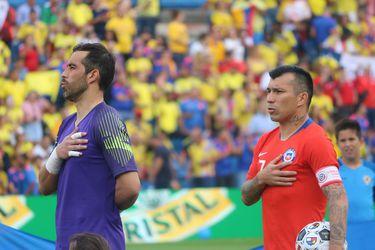 Claudio Bravo y Gary Medel están en Chile para ponerse bajo las órdenes de Martín Lasarte para preparar los partidos contra Argentina y Bolivia.
