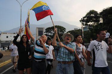 Las informaciones desde Venezuela mantienen en vilo a los migrantes de ese país en Chile. Foto: EFE