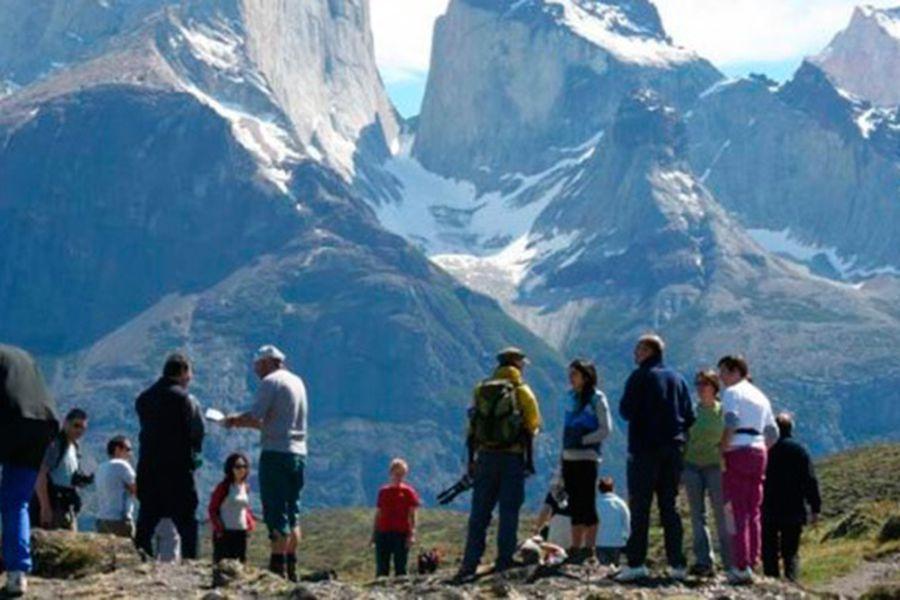 turistas-torres-del-paine-e1423707650844