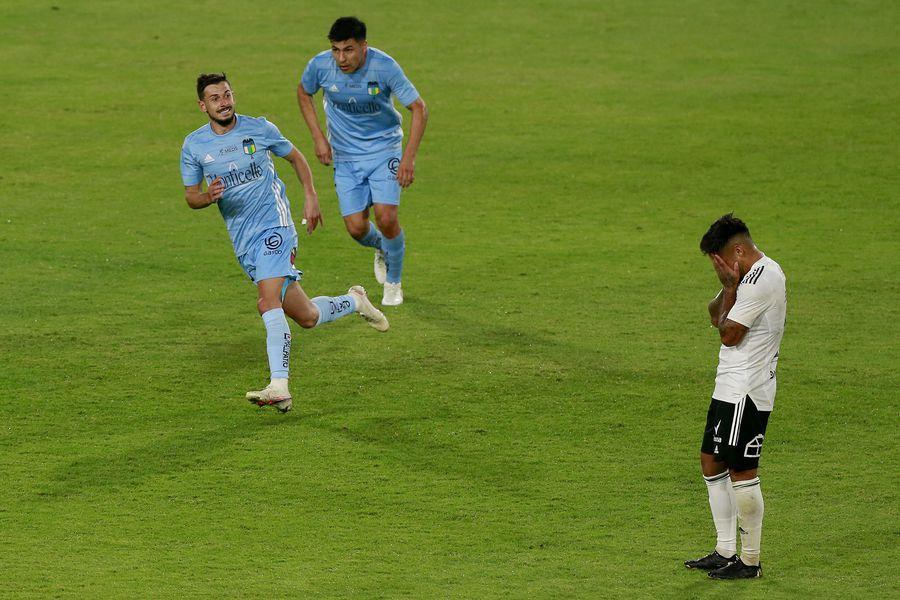 Facundo Castro marca el 1-2 que le dio la victoria a O'Higgins sobre Colo Colo, en el estadio Monumental. Foto: AgenciaUno.