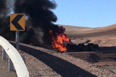Dos fallecidos deja choque entre dos vehículos de carga y posterior explosión de uno de ellos en San Pedro de Atacama