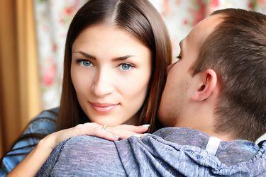 Si estoy vacunado, ¿puedo darle de forma segura un abrazo, la mano o un beso en la mejilla a una persona no vacunada?