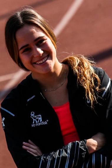 María Ignacia Montt, ganadora de los 100 metros planos en el campeonato nacional, posa en la pista dos del Estadio Nacional. Foto: Pedro Rodríguez.