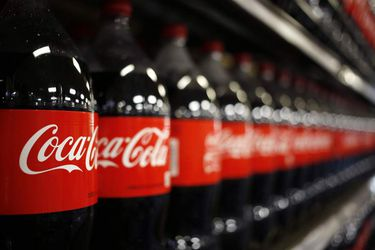 Bebidas sin azúcar impulsan resultados de Coca-Cola y acción llega a máximo histórico