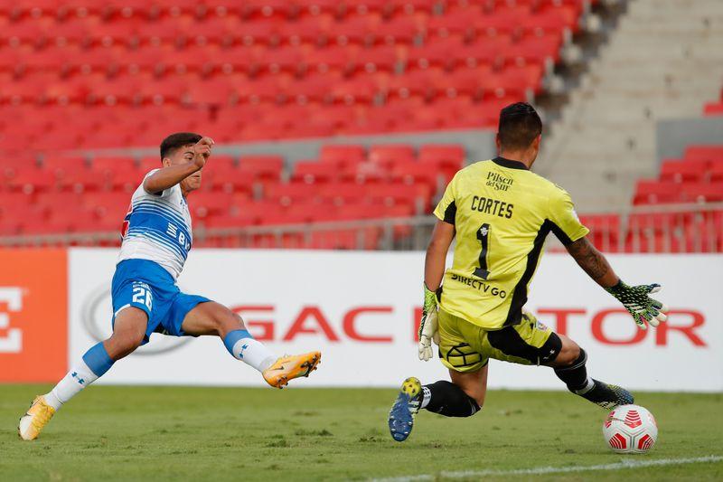 Marcelino Núñez vence a Brayan Cortés y convierte un gol ante Colo Colo en la Supercopa 2021, disputada en el Estadio Nacional, que ganó Universidad Católica.