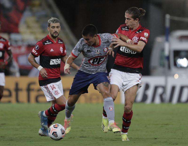 Esteban Valencia, de La Calera, lucha ante la marca de Filipe Luis, del Flamengo, en el estadio Maracaná, por la segunda fecha de la fase de grupos de la Copa Libertadores.
