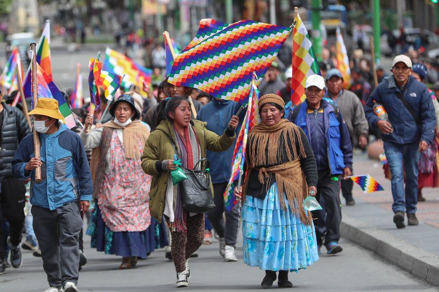 Indígenas recuerdan a Evo Morales con una marcha de banderas en Bolivia