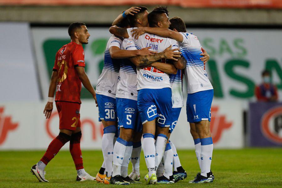 Los jugadores de la Universidad Católica celebran el 0-1 ante Ñublense, en Chillán. Foto: Agencia Uno.