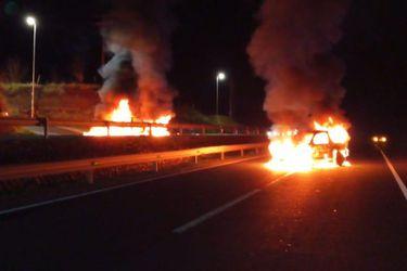 Dos vehículos en llamas bloquearon ambas vías de la Ruta 5 Sur a la altura de Victoria