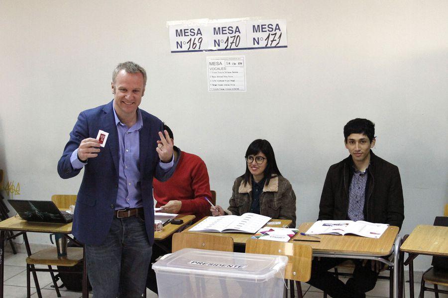 Felipe Kast emite su voto