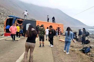 Volcamiento de bus de pasajeros deja 40 lesionados en Tarapacá: dos menores fueron evacuados por la FACh