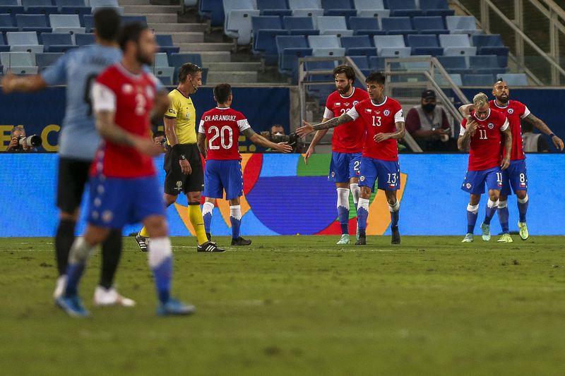 Momento de la celebración del gol de Chile ante Uruguay.