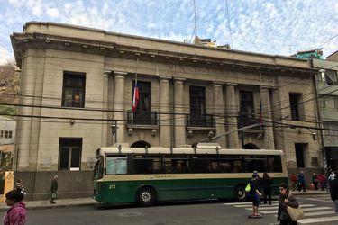 Denuncian a secretaria municipal de Valparaíso por organizar un cumpleaños en dependencias públicas