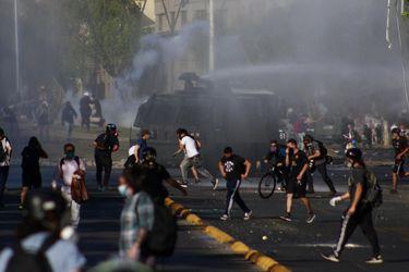 """INDH pide a Carabineros que informe """"la concentración de sustancias lacrimógenas en vehículos lanza aguas"""""""