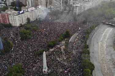 Chilenos son los segundos que más sienten que su país está en declive en estudio entre 25 naciones