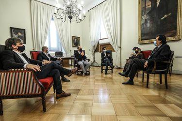 """Fijar un programa legislativo y ronda de reuniones: Cómo el gobierno pavimenta el """"nuevo trato"""" con Chile Vamos"""